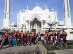 Foto 2 – Komunitas sepeda Go Gowes Genre Ranah Minang (3G RM) saat mengelilingi kawasan wisata Tapi Laut di Kota Padang. (Dok. Istimewa)