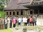 Foto 2 – Foto bersama para peserta acara Sosialisasi Persiapan Pemajuan Kebudayaan Nagari Koto Gadang Koto Anau, Istano Rajo Bagindo yang Dipatuan, Kamis 4 Februari 2021. (Dok. Istimewa)
