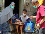 Foto 1 – Gema Sehat Juken BKKBN Sumbar saat serahkan bantuan sembako untuk warga dhuafa di Kota Padang, pada Kamis 6 Mei 2021. (Dok. Istimewa)